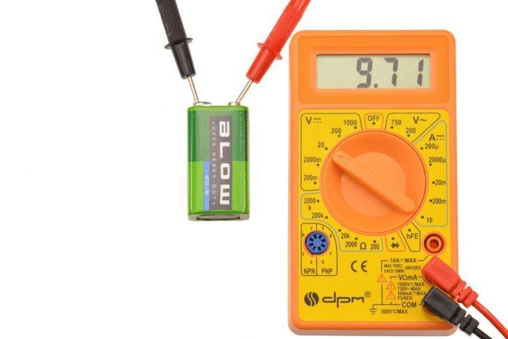 Pomiar napięcia na baterii 9V za pomocą miernika uniwersalnego