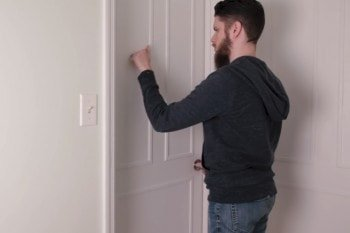 Blokada drzwi DIY, którą wyłączysz pukaniem
