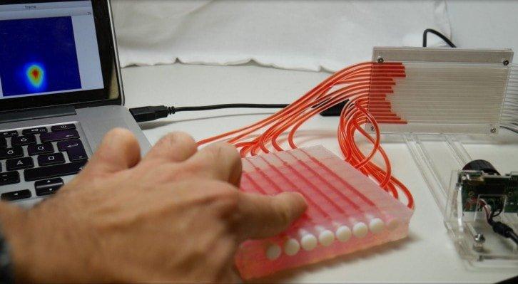 Touchpad zbudowany ze sztucznej skóry